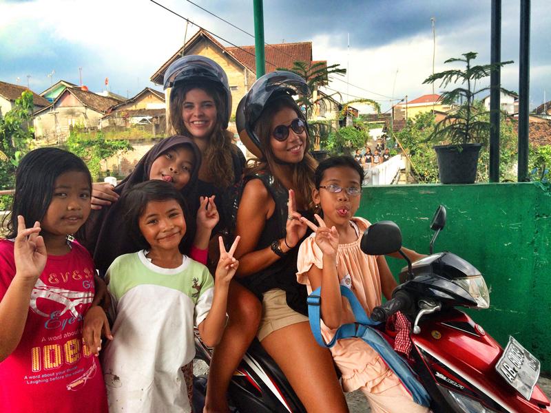 Afbeelding van Think Volunteer-oprichters met kinderen uit Indonesië