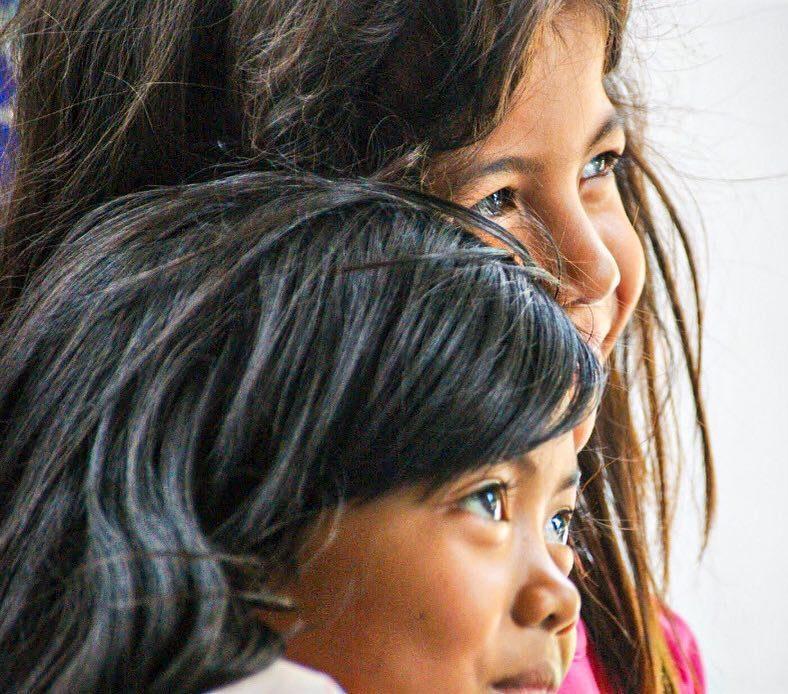 Foto van twee meisjes die in de verte kijken
