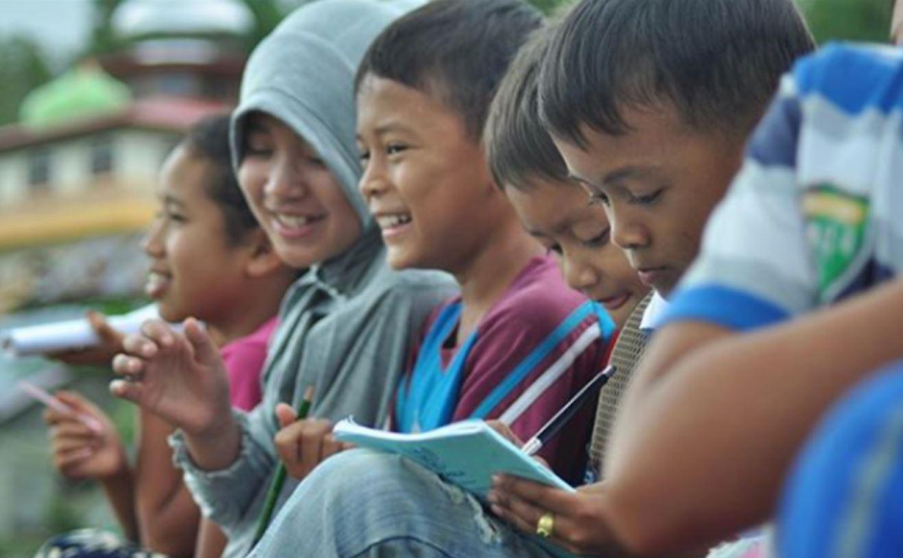 Foto van gelukkige kinderen op school