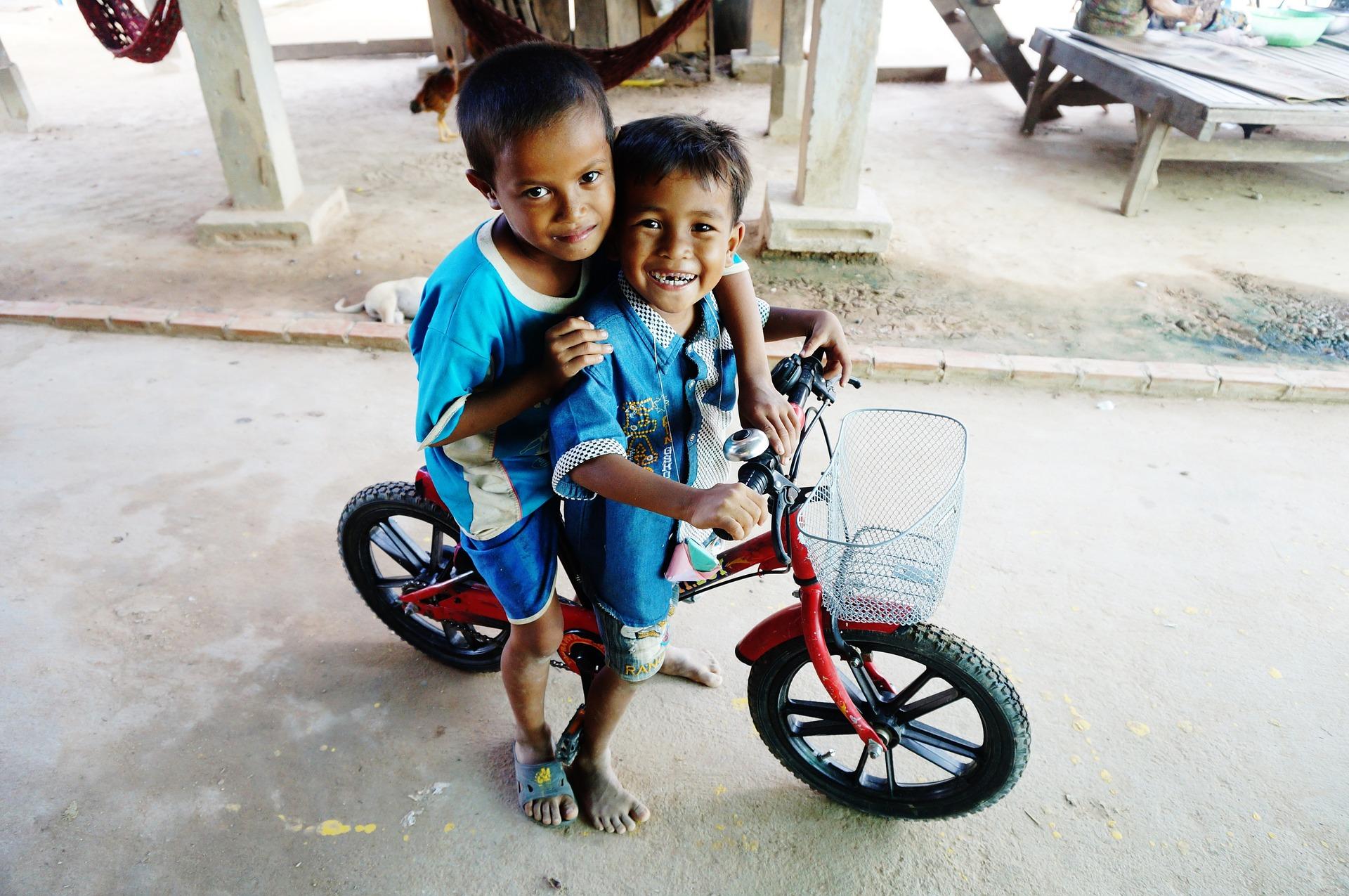 Afbeelding van twee kinderen op een fiets