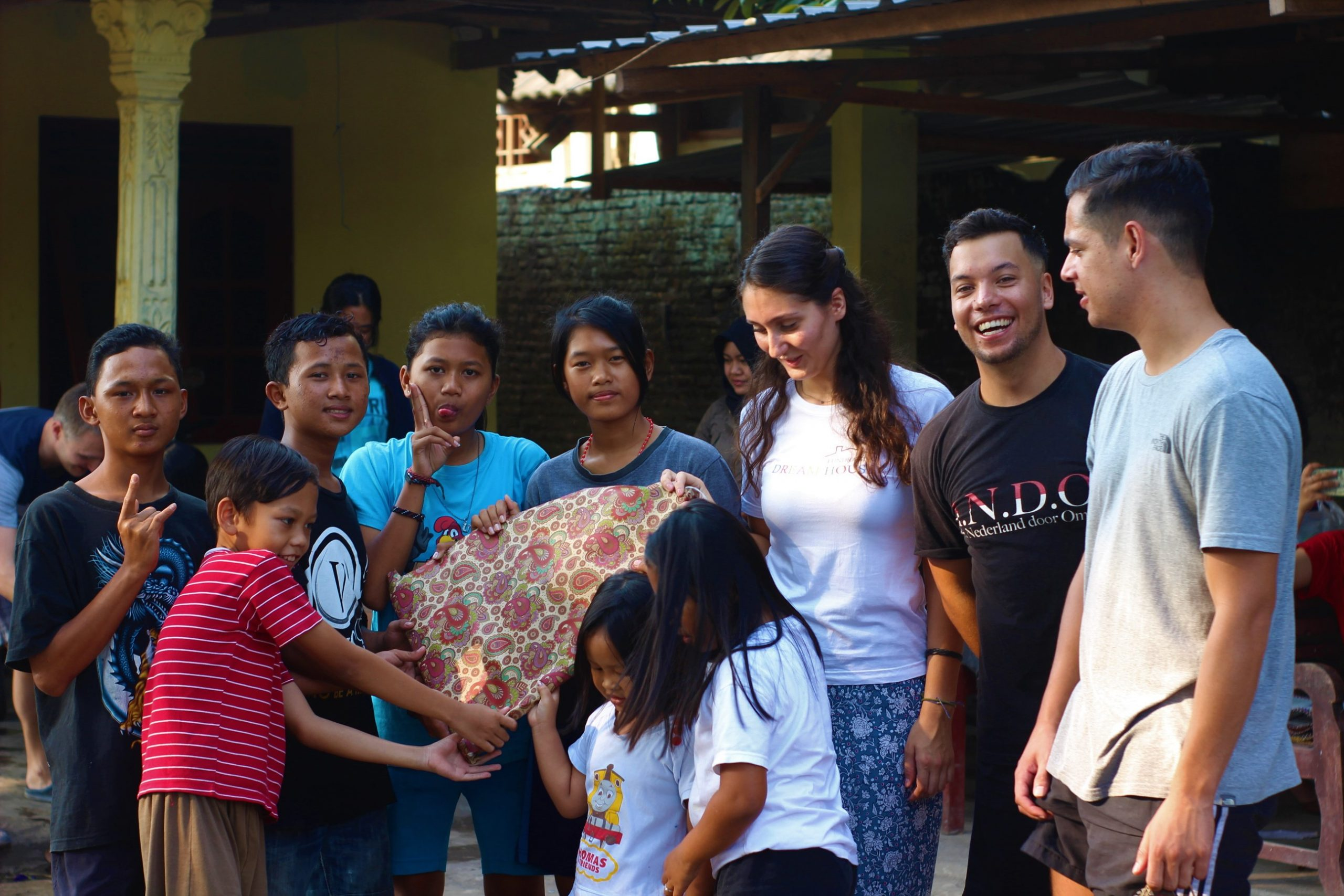Afbeelding van een groep volwassenen en kinderen met de tekst 'Gedragscode'